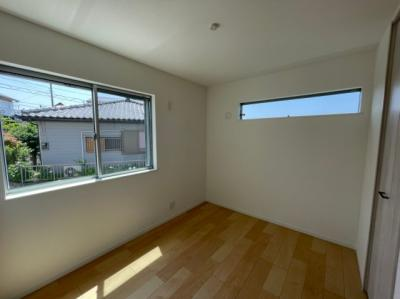 1階洋室 4.7帖 1階ですが高さがある為とても明るいお部屋です!またプライバシーも保てます!