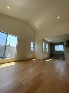天井が高く開放感のあるリビングです!キッチン右のアクセントクロスもおしゃれです!