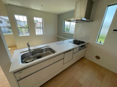 人気の対面式アイランドキッチンです。ビルトイン食洗機付き♪