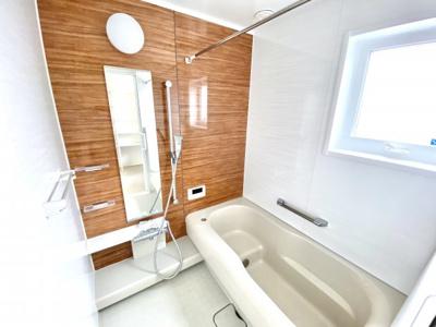 室内と同じような穏やな色合い、浴室乾燥機などの多機能付きの1坪タイプのバスルームです。