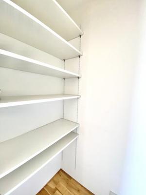 キッチン横にあるパントリーです。棚の高さも変えられるので、用途に合った活用が期待できます。
