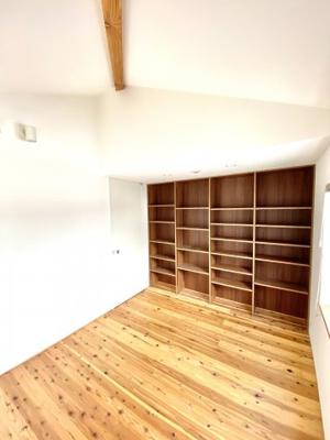 壁全面に収納棚をつけたもう一つの居室です。本や小物を並べてインテリアとしても楽しめそうです!勾配天井なので室内でも圧迫感はありませんので、のびのびと過ごせそうです。