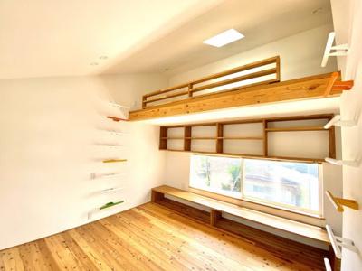 2階ロフトのある居室です。窓のところには床に座って勉強ができる高さのスタディーカウンターと本棚が付いてます。壁についた梯子をつたって上るユニークなロフトが上部に備わってます。