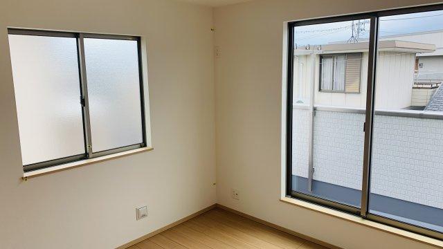 2階6.06帖 2面窓からの差込む光で昼間も明るいお部屋です。