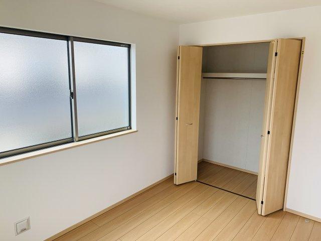 2階6帖 陽当りのよいお部屋で快適に過ごせそうですね。