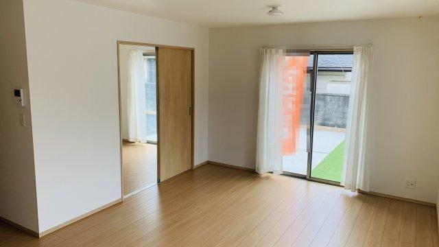 【同仕様施工例】大きな窓から明るい光が差し込むダイニングスペースです。