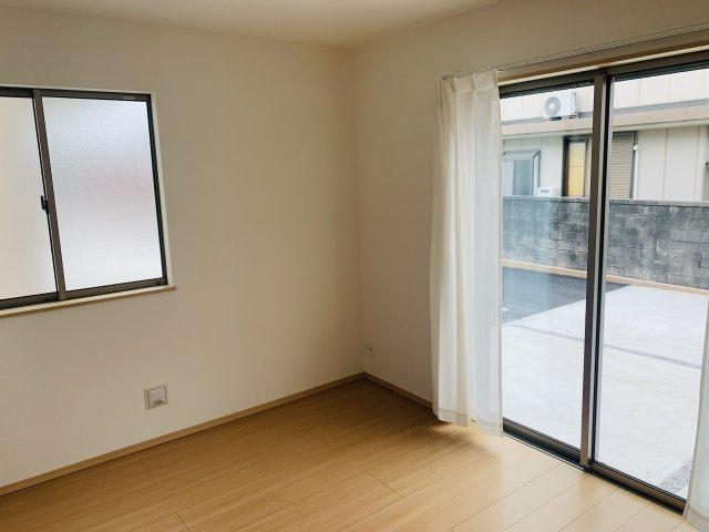 1階5.25帖 リビング隣の洋室なので広々過ごせます。