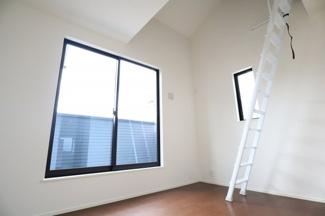 2階洋室6.7帖。2階の洋室は全部屋2面採光、WICつきです。