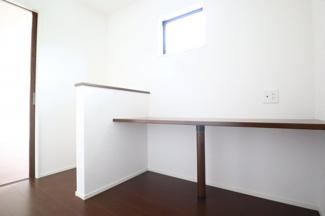 1階LDK横書斎。お子様の勉強スペースにも、リモートワークの際のワークスペースにも使えます。