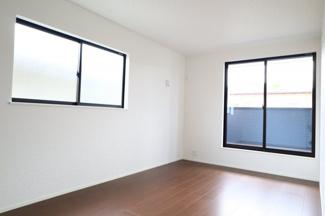 2階洋室8.7帖。2階の洋室は全部屋2面採光、WICつきです。