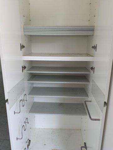 白を基調としたシステムキッチンとなっており、清潔感のあるキッチンです。 また、大きな収納スペースも完備しているので収納に困りません。