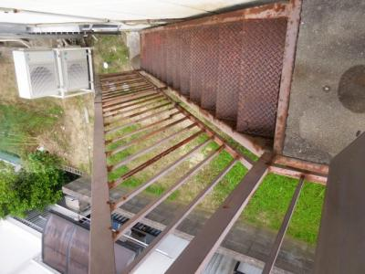 裏庭への階段