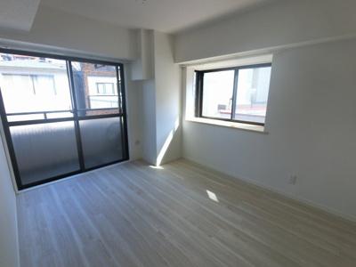 5.8帖の洋室は主寝室にいかがでしょうか。 2面採光で日当たり・風通し◎