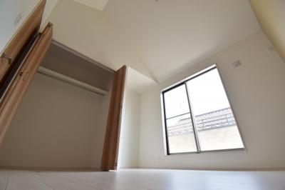 約6帖の洋室。勾配天井で開放的な空間に。写真と実際に見た感覚は違うのでぜひ現地でご確認ください。