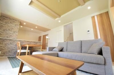 折り上げ天井で空間の広がりを演出したリビング。約15帖のスペースは家具の配置もしやすい設計に。