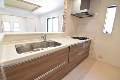 対面式キッチンは家事をしながらお子様の様子も見れるので安心ですね。食洗機付きで家事時短にも。