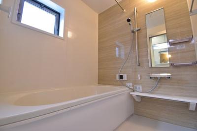 1坪タイプのバスルームはご家族皆様の疲れを癒すリラクゼーション空間。窓があるので換気もバッチリ。