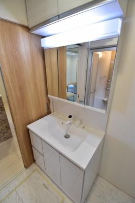3面鏡付きの独立洗面台。フチなしボウルや可動式シャワーヘッドで毎日の身支度も便利に。