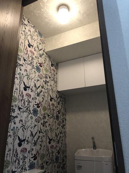 新規にリニューアルして作ったトイレはおしゃれなデザインアクセントクロスを片面に使用。作り付けの棚も便利