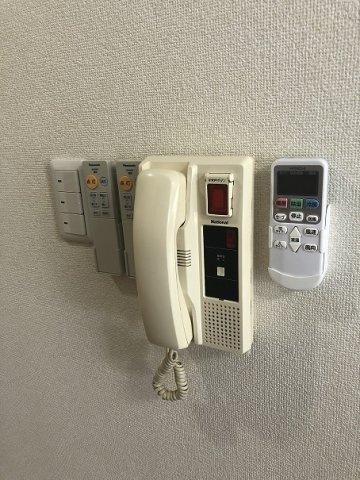 インターフォンやリモコン類は一か所にまとめて使いやすく配置