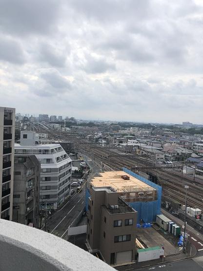 10階玄関前通路から見る北西方向の眺望 三鷹電車車庫がジオラマのように下に見えます。