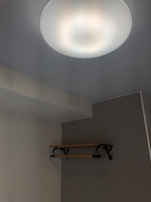 天井照明 と作り付けのおしゃれな棚 ハンガーラック付き デザインクロスも利用