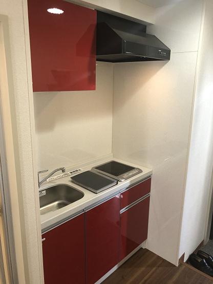 おしゃれなレッドパネルで統一されたIH1口コンロ付きシステムキッチン新設