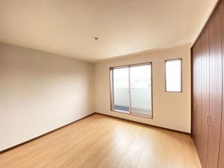 8帖の広々した洋室は主寝室にピッタリです!