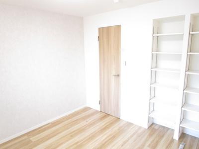 6.2帖の洋室内のウォークインクローゼットです。収納たっぷりの洋室はメインベッドルームとして最適です。