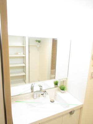 新規洗面台を設置しています♪3面鏡で朝の身支度もはかどりますね!
