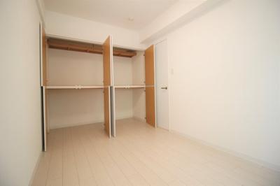 大きな収納付きの5.4帖の洋室です。