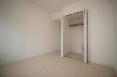 5.7帖の洋室です。各部屋に収納がございます。