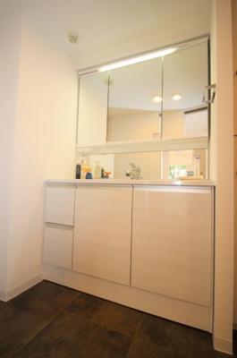 収納付き3面鏡の大型洗面台です。