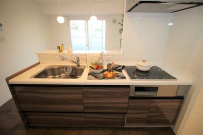 使い勝手の良い対面キッチンは2250幅です。