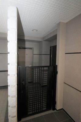 104号室の玄関、専用トランクルームです。