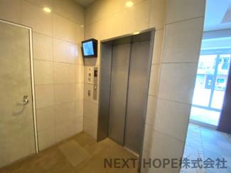 エレベーターで重たい荷物も楽々移動できます♪モニター付きで安全・安心ですね(^^)