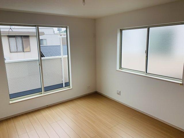 2階7.5帖 窓から差しこむ陽射しと通風がいいので気持ちよく過ごせそうですね。