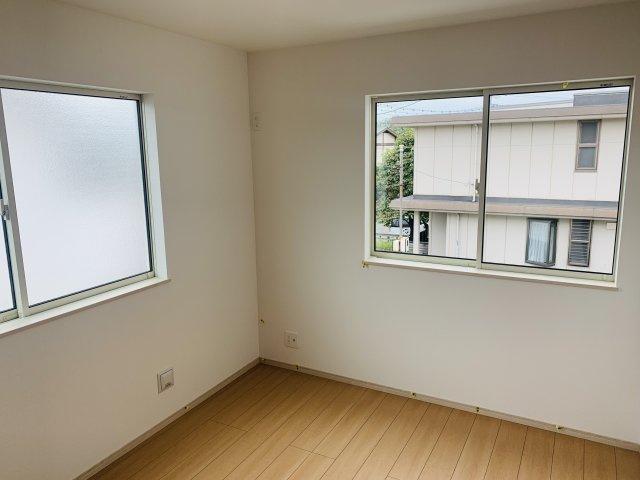 2階6帖 2面窓からの差込む光で昼間も明るいお部屋です。