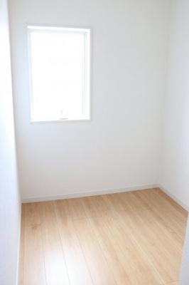 (同仕様写真)ストレージルームを備えています。テレワークの際に活用するのも良し、納戸として季節物の布団や衣類を収納するのでも活用出来ますね!
