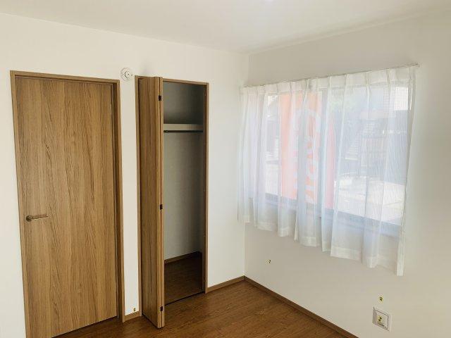 【同仕様施工例】洋室普段使いの衣類やバッグ等収納するのに便利です。