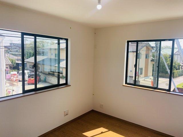 2階6帖 窓が2面あるので採光・通風のよいお部屋です。
