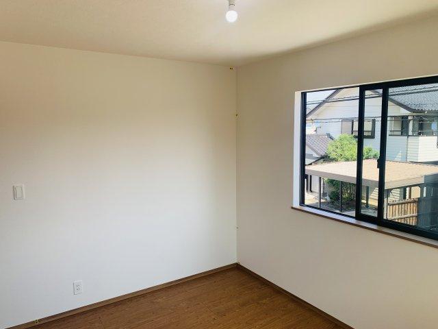 2階6帖 シンプルで使い勝手のよいお部屋です。南向きで一日を通してお部屋が明るいです。