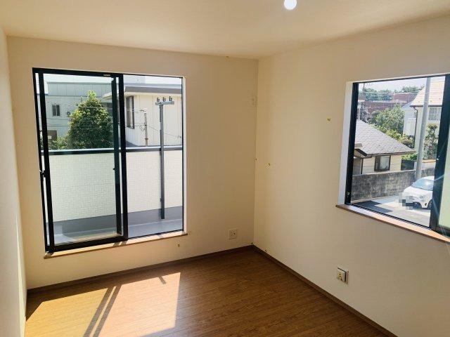 2階7.5帖 掃出し窓から降り注ぐ陽当りのよいお部屋で心地よく過ごせそうですね♪