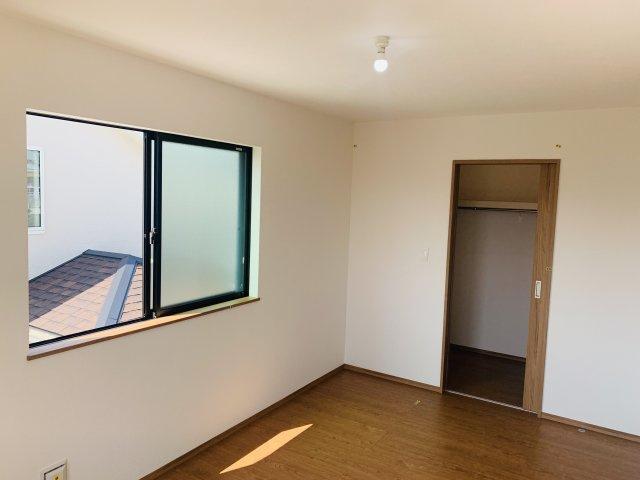 2階7.5帖 WIC完備!棚もありますのでバックや小物もすっきりきれいに片付きます。