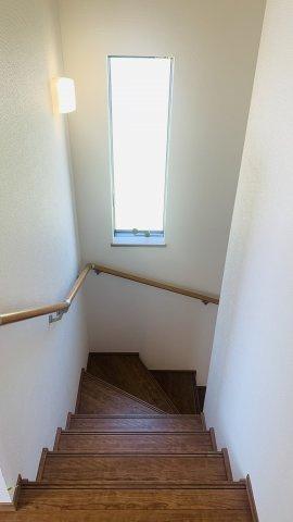 手すり付階段です。お子様も安心して階段の上り下りできますね。窓があるので明るいですね(^_-)-☆