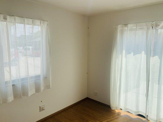 1階5.25帖 掃き出し窓で陽だまりの暖かさを感じお庭を眺めてゆっくりできます。