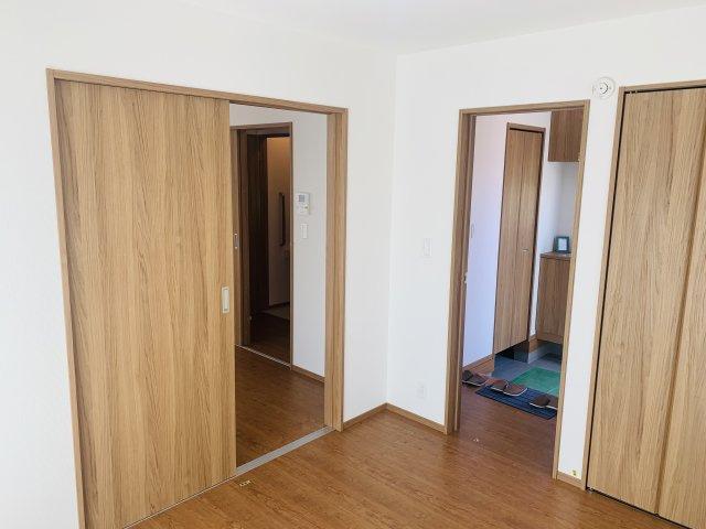 【同仕様施工例】リビング隣の洋室なので広々過ごせます。