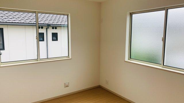 2階6.25帖 窓から差しこむ陽射しと通風がいいので気持ちよく過ごせそうですね。