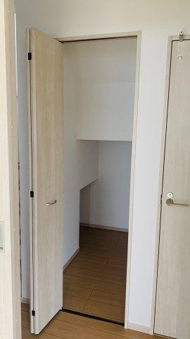 1階階段ホール 掃除用具やストック品を収納するのに便利です。