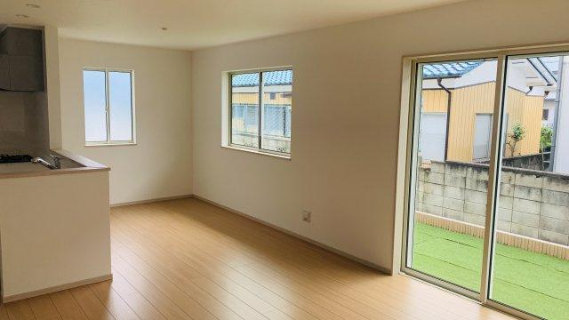 17帖 大きな窓から明るい光が差し込むダイニングスペースです。